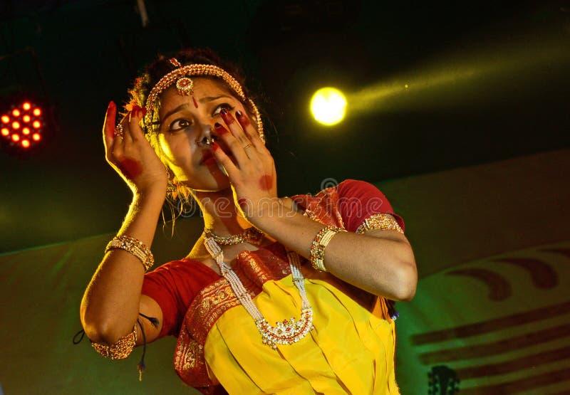 Mooie meisjesdanser van Indische klassieke dans stock foto's