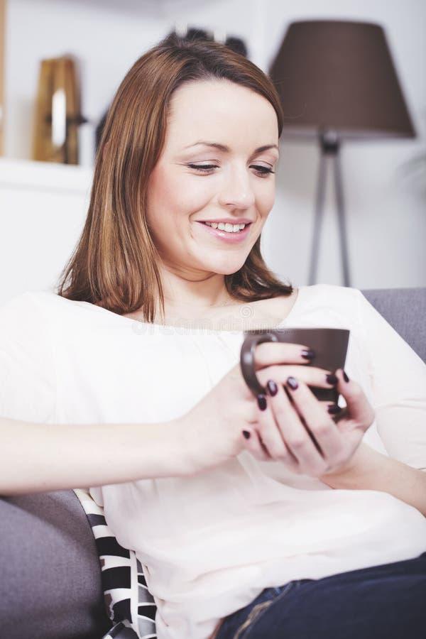 Mooie meisjesrust op laag met koffie royalty-vrije stock fotografie