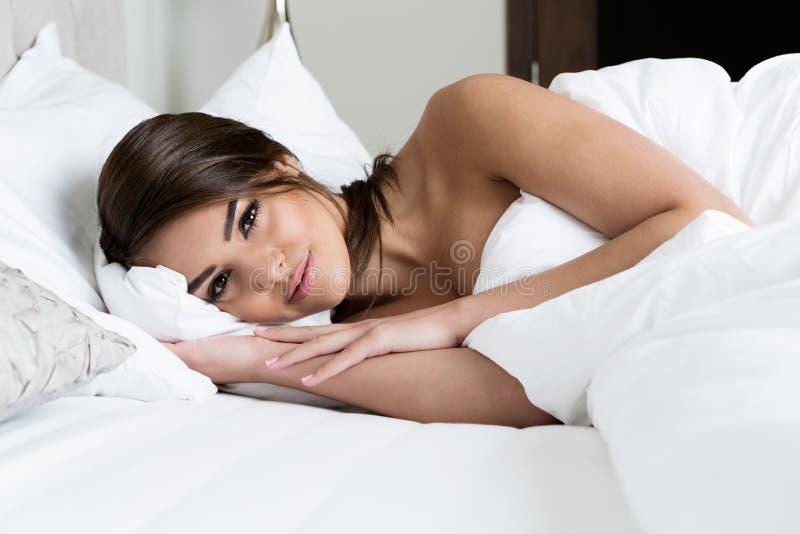 Mooie meisjesslaap in de slaapkamer stock afbeelding
