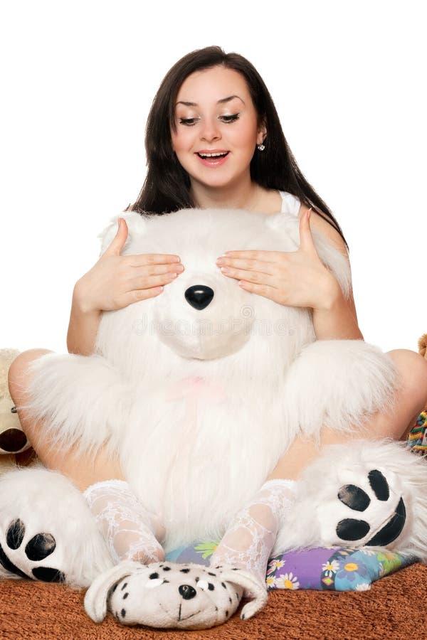 Mooie meisjesspelen met een teddybeer stock afbeeldingen