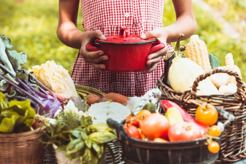Mooie meisjesspelen met groenten stock afbeeldingen