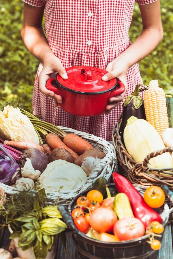 Mooie meisjesspelen met groenten stock foto