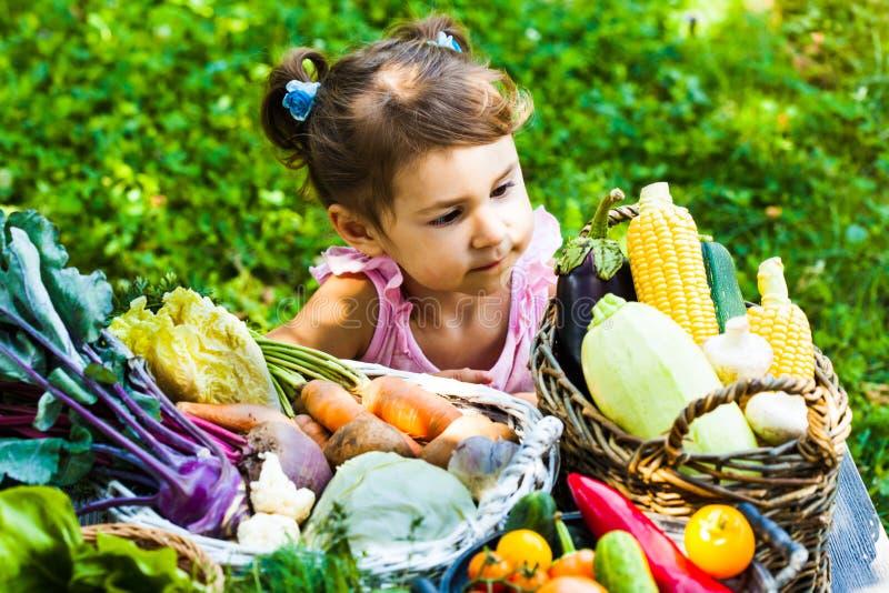 Mooie meisjesspelen met groenten royalty-vrije stock fotografie