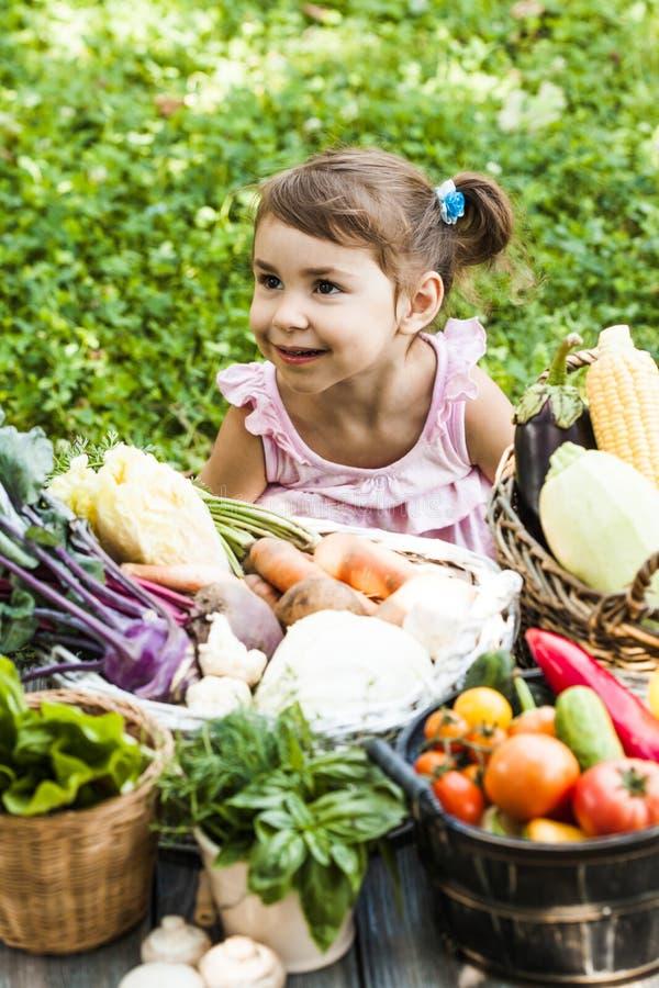 Mooie meisjesspelen met groenten royalty-vrije stock foto