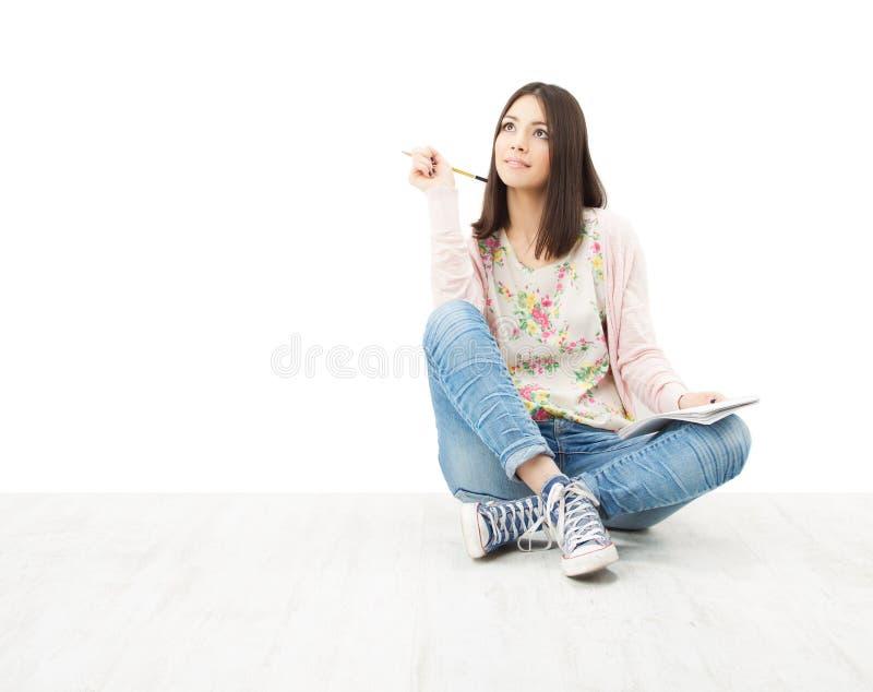Mooie meisjestiener het denken zitting op vloer. stock fotografie