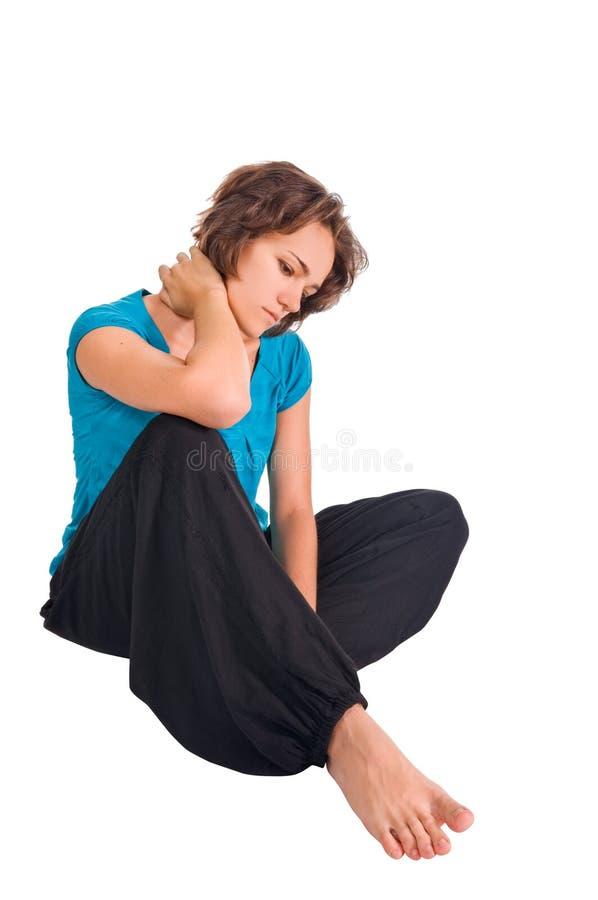 Mooie meisjeszitting op de vloer stock afbeeldingen