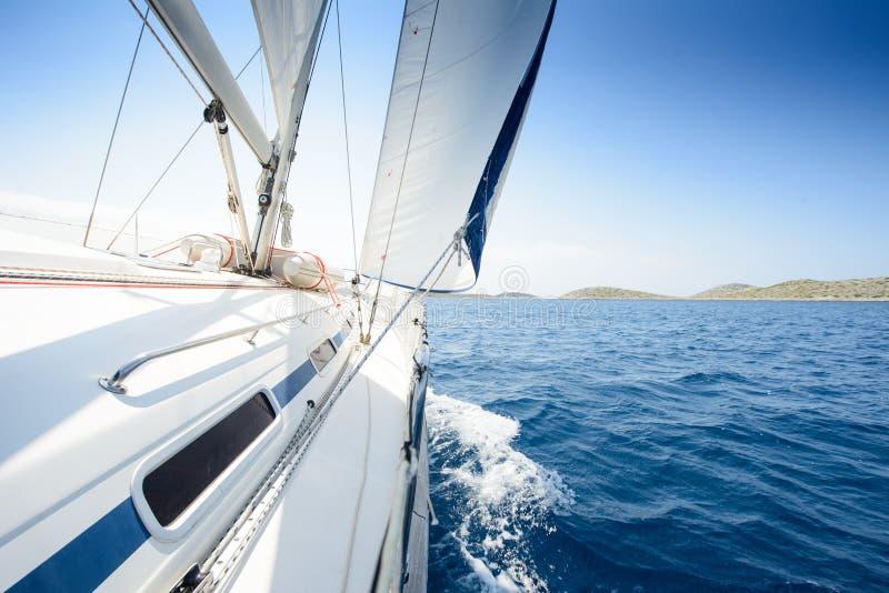 Mooie mening aan catamaran in de baai van Seychellen bij zonsondergang royalty-vrije stock foto's
