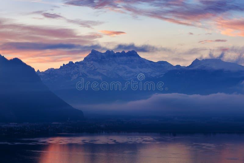Mooie mening aan de kant van het meer van Genève, met de piekendeuken du Midi van Zwitserse Alpen op achtergrond, Montreux, Kanto stock fotografie