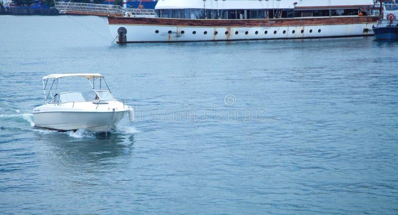 Mooie Mening Batumi, Georgi? Boot met overzees royalty-vrije stock afbeeldingen