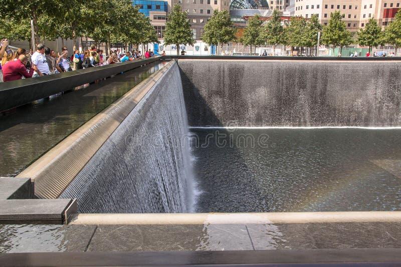 Mooie mening die van 9/11 tweeling ?? ??s van Memorial?? ?op pools wijzen Grootste kunstmatige watervallen Historisch plaatsencon royalty-vrije stock foto