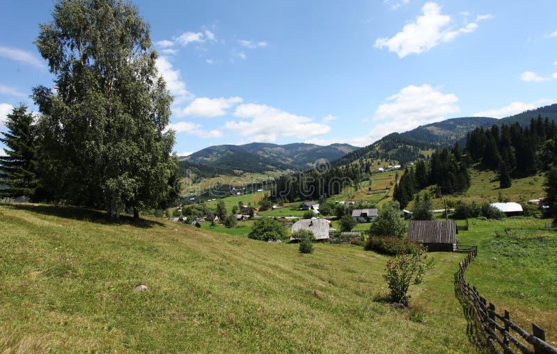Mooie mening over bergen in platteland van Bucovina stock foto's