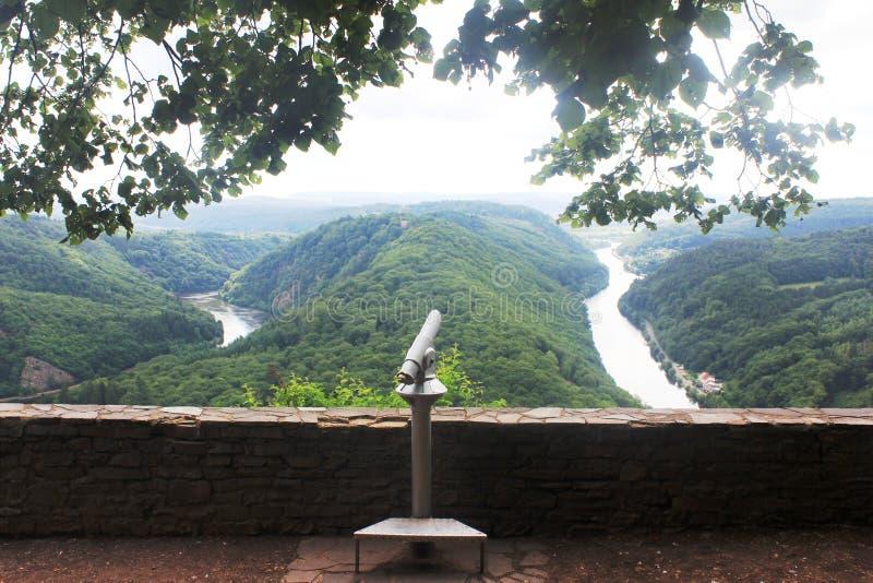 Mooie mening over de de rivierlijn van Saar in Mettlach, Duitsland royalty-vrije stock foto