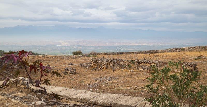 Mooie mening over gezichten van de vernietigde oude stad Hierapolis in Pamukkale, Turkije Blauwe hemelachtergrond en bergen stock fotografie