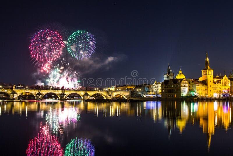 Mooie mening over Kleurrijk vuurwerk over Charles-brug en de rivier Vltava het historische centrum van Praag De Tsjechische Repub stock fotografie