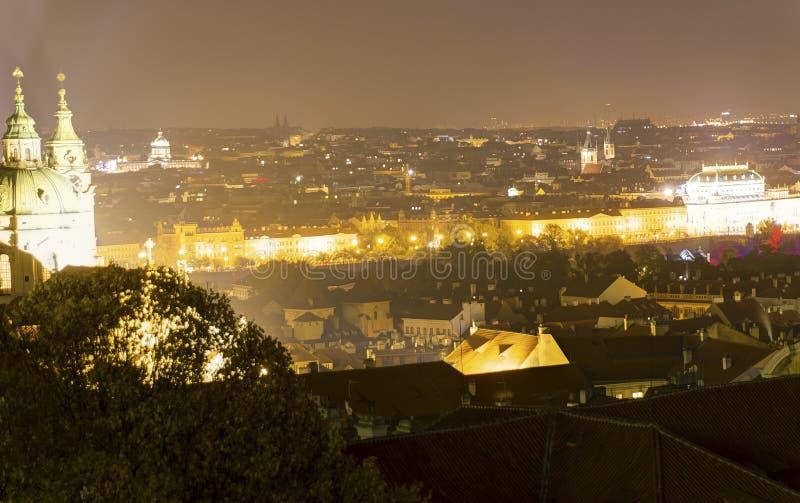 Mooie mening over nachtcityscape van Praag van Letna met vele bruggen over de rivier stock afbeelding
