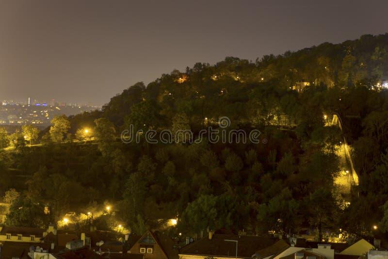 Mooie mening over nachtcityscape van Praag van Letna met vele bruggen over de rivier stock afbeeldingen