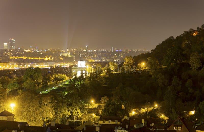 Mooie mening over nachtcityscape van Praag van Letna met vele bruggen over de rivier royalty-vrije stock foto's