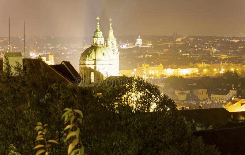 Mooie mening over nachtcityscape van Praag van Letna met vele bruggen over de rivier stock foto