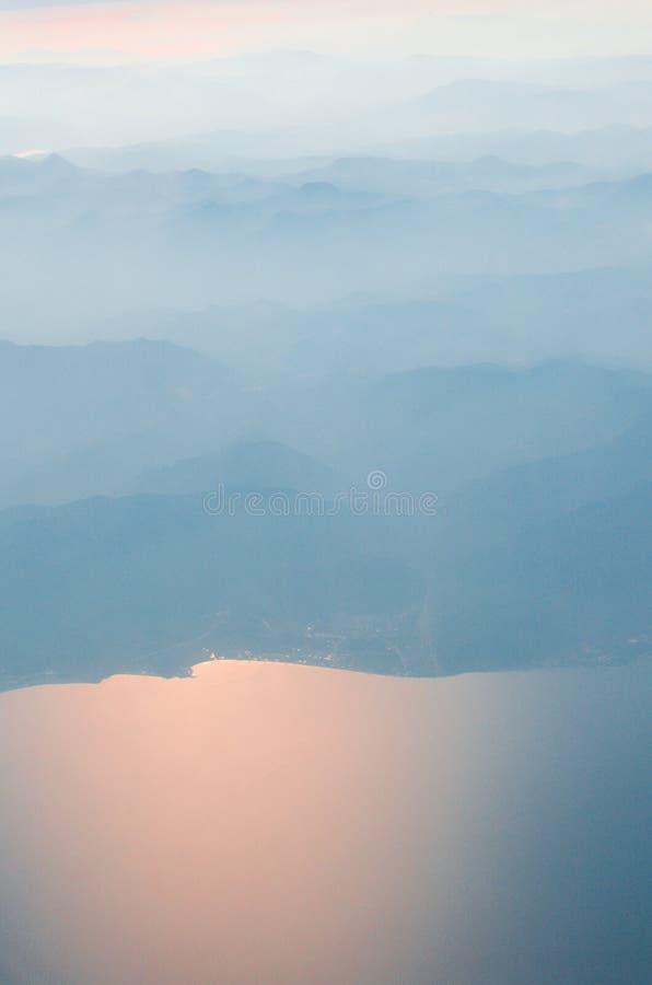 Mooie mening over oceaan en aarde van vliegtuig royalty-vrije stock foto's