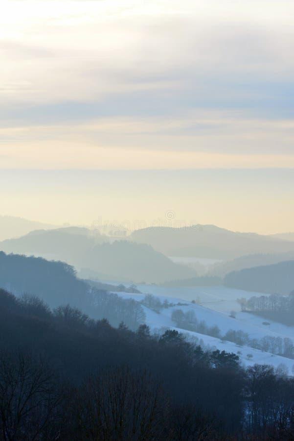 Mooie mening over Odenwald met sneeuw bij zonsondergang in de winter in Duitsland stock afbeeldingen