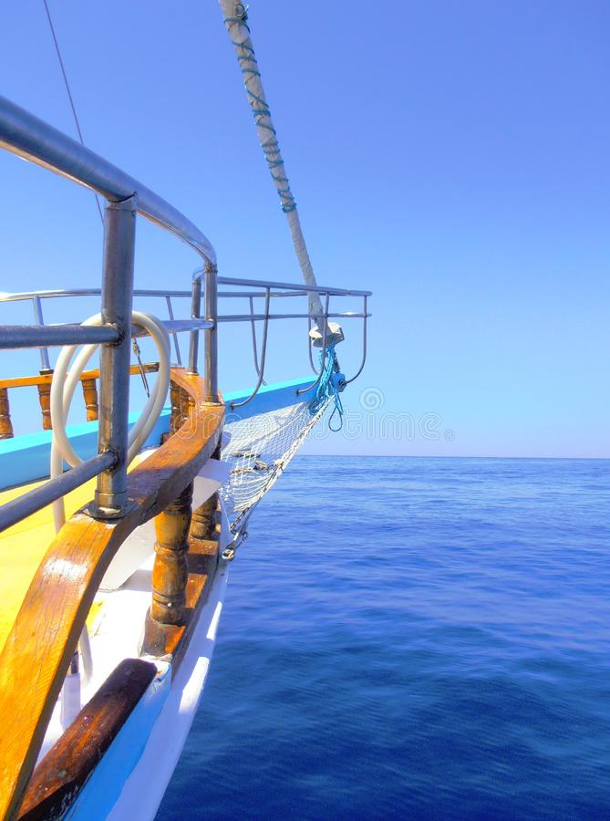 Mooie mening over overzees, die van schip doorgaat royalty-vrije stock afbeeldingen