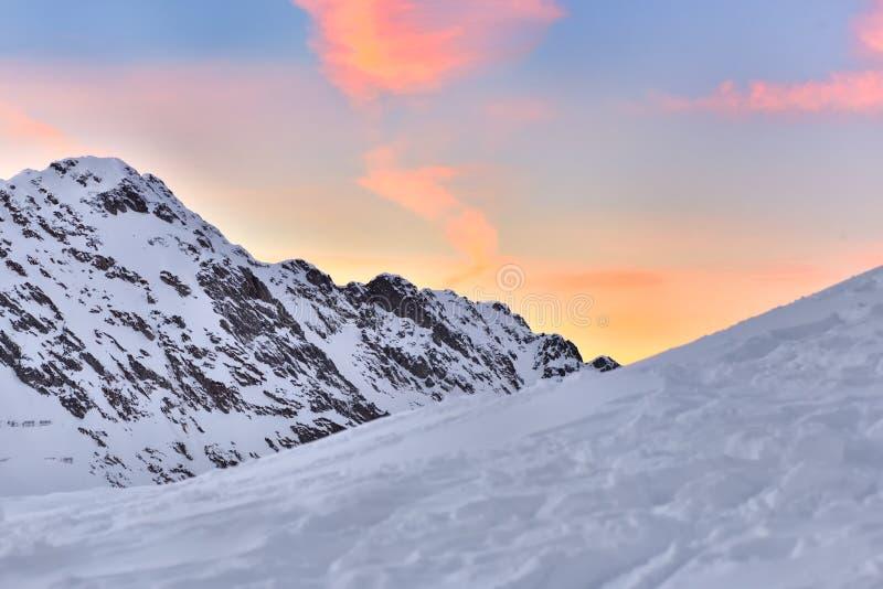Mooie mening van bergpiek met zonsonderganglicht op bovenkant tegen royalty-vrije stock foto