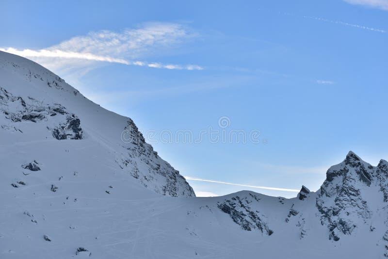 Mooie mening van bergpiek met zonsonderganglicht op bovenkant tegen duidelijke blauwe hemel royalty-vrije stock afbeeldingen
