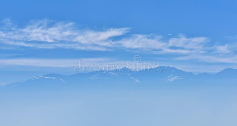 Mooie mening van bergpiek met zonsopganglicht op bovenkant agains royalty-vrije stock afbeelding