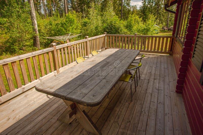 Mooie mening van binnenplaats van privé huis met oud houten terras Schitterende groene aard op de zomerdag zweden stock afbeelding