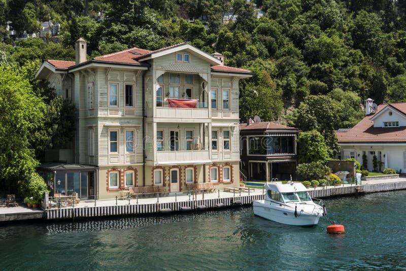 Mooie Mening van Bosphorus-Kustlijn in Istanboel met Uitstekende blokhuizen en Boot stock fotografie