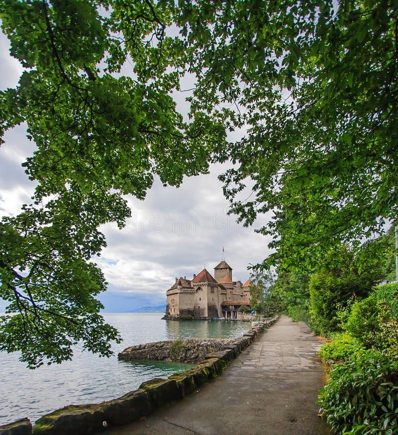 Mooie mening van Chateau DE Chillon bij Meer Genève, één van Zwitserland ` s de meeste bezochte kastelen in Europa, met hemelhoog stock afbeeldingen