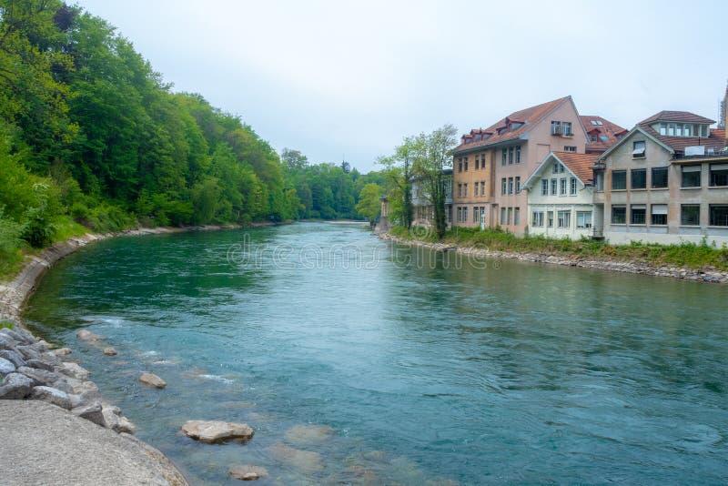 Mooie mening van de aarerivier die door de Berne oude stad met weelderige bomen en middeleeuwse huizen voor achtergrond vloeit stock foto