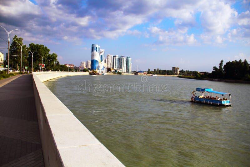 Mooie mening van de architectuur van de avondstad, de rivier en de drijvende boot royalty-vrije stock foto's