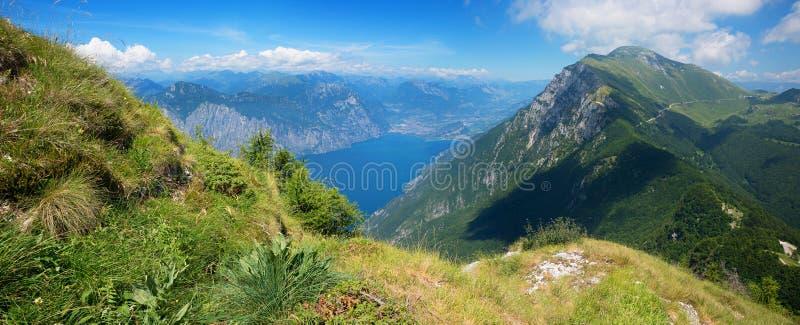 Mooie mening van de berg van montebaldo aan rivastad en gardameer stock afbeeldingen