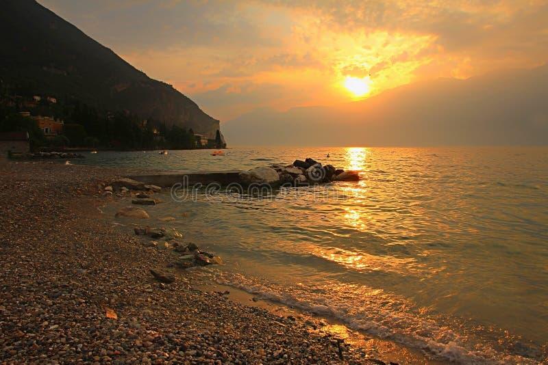Mooie mening van de berg van montebaldo aan rivastad en gardameer stock foto's