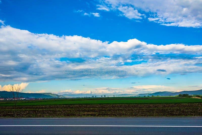 Mooie mening van de bergen, blauwe hemel met witte wolken, aardachtergrond stock fotografie