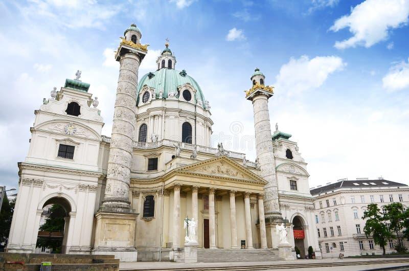 Mooie mening van de beroemde Kerk van Heilige Charles (Worstje Karlskirche) in Karlsplatz in Wenen stock afbeelding
