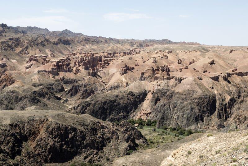 Mooie mening van de Charyn-Canion in het gebied van Alma Ata van Kazachstan met zijn roodachtige zandsteenklippen stock afbeelding