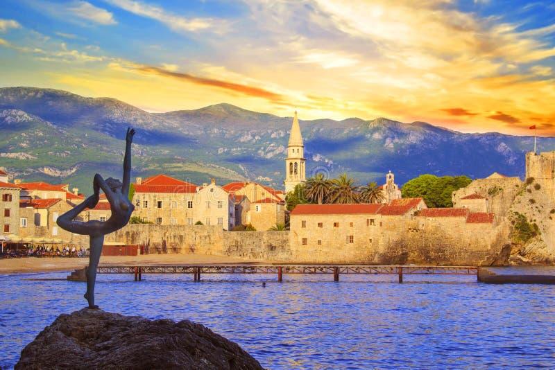 Mooie mening van de Danser van de beeldhouwwerkballerina van Budva bij zonsondergang, Montenegro stock afbeeldingen