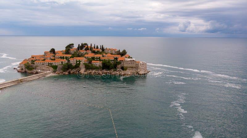 Mooie mening van de eiland-toevlucht van Sveti Stefan, Budva, Montenegro royalty-vrije stock foto's