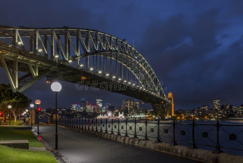Mooie mening van de Havenbrug en de baai van Sydney, Australië, in het blauwe uurlicht stock fotografie
