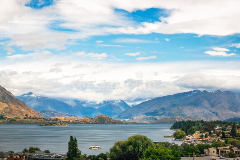 Mooie mening van de het alpiene meer van Wanaka en stad van de skitoevlucht royalty-vrije stock fotografie