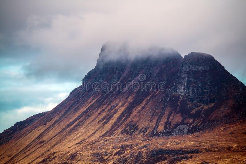 Mooie mening van de iconische berg Stac Pollaidh op de kust van Loch Lurgainn in de Hooglanden van Schotland stock foto's