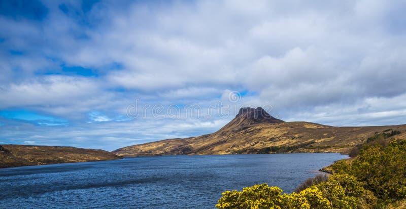 Mooie mening van de iconische berg Stac Pollaidh op de kust van Loch Lurgainn in de Hooglanden van Schotland royalty-vrije stock fotografie