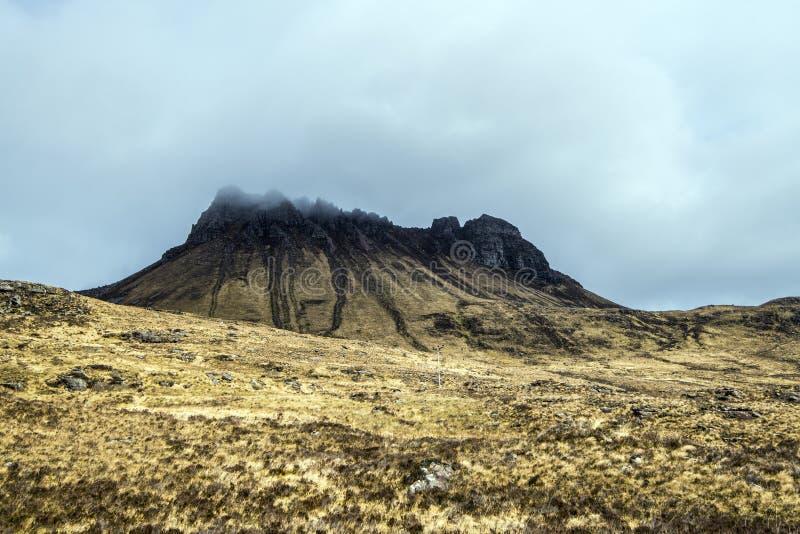 Mooie mening van de iconische berg Stac Pollaidh op de kust van Loch Lurgainn in de Hooglanden van Schotland stock foto