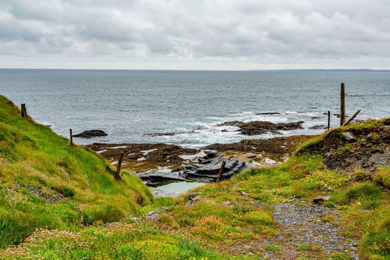 Mooie mening van de kust met de horizon over het overzees op de kustgangroute royalty-vrije stock afbeeldingen