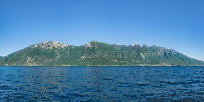 Mooie mening van de kustlijn van Monte Baldo en Lago Di Garda, Italië royalty-vrije stock foto