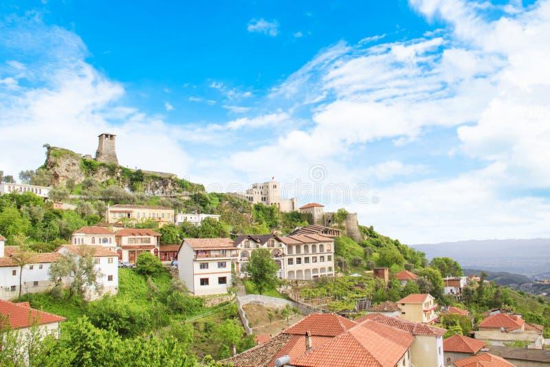 Mooie mening van de middeleeuwse stad van Kruja bij de bovenkant van de berg sary-Saltiki in Albanië stock fotografie