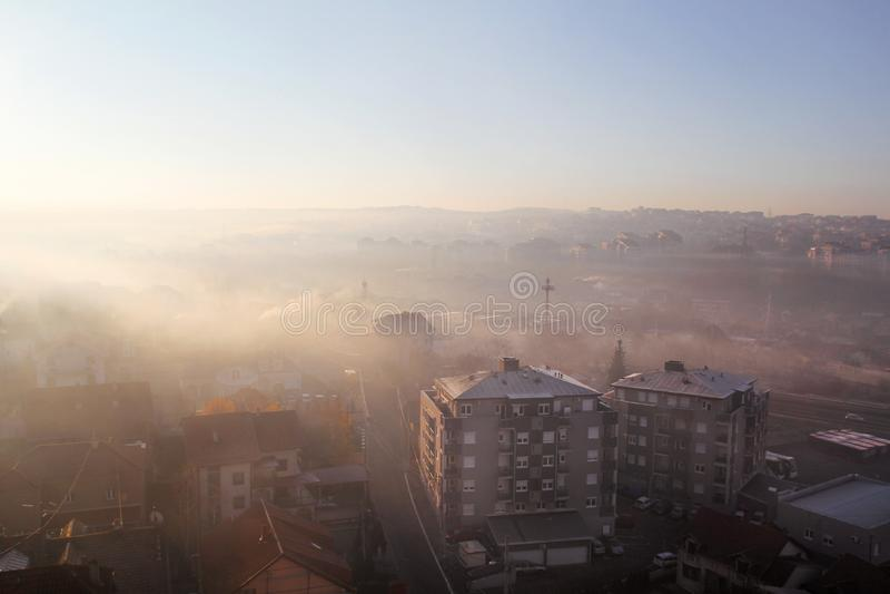 Mooie mening van de mist van de de winterochtend het vullen op landschap van huizen en gebouwen in Belgrado Landschap tijdens zon royalty-vrije stock foto's