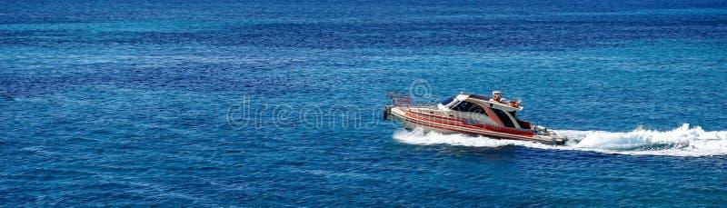 Mooie mening van de motorboot in het Middellandse-Zeegebied stock afbeelding